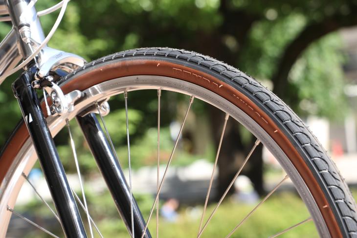 32mm幅のタイヤがアッセンブルされているため、街中の段差も難なく越えやすい