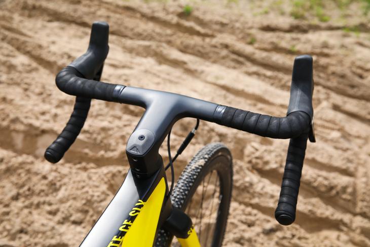 ロードバイク用よりもリーチが短く設計されたハンドル