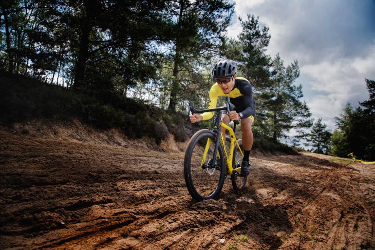 砂のラインを決め、ある程度バイクに行き先を任せて踏んでいく