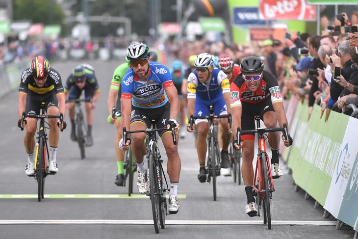 後続スプリントでグレッグ・ヴァンアーヴェルマート(ベルギー、BMCレーシング)と下したペテル・サガン(スロバキア、ボーラ・ハンスグローエ)