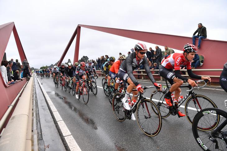 並んで走るティム・ウェレンス(ベルギー、ロット・ソウダル)とティエシー・ブノート(ベルギー、ロット・ソウダル)