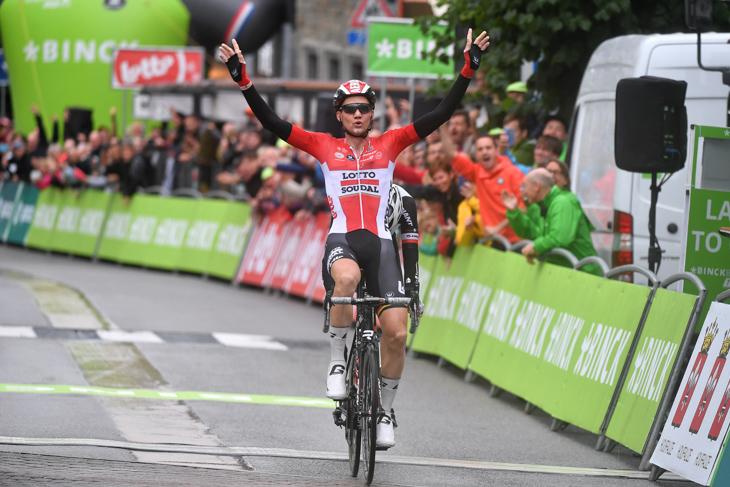 トム・デュムラン(オランダ、サンウェブ)との一騎打ちで勝利したティム・ウェレンス(ベルギー、ロット・ソウダル)