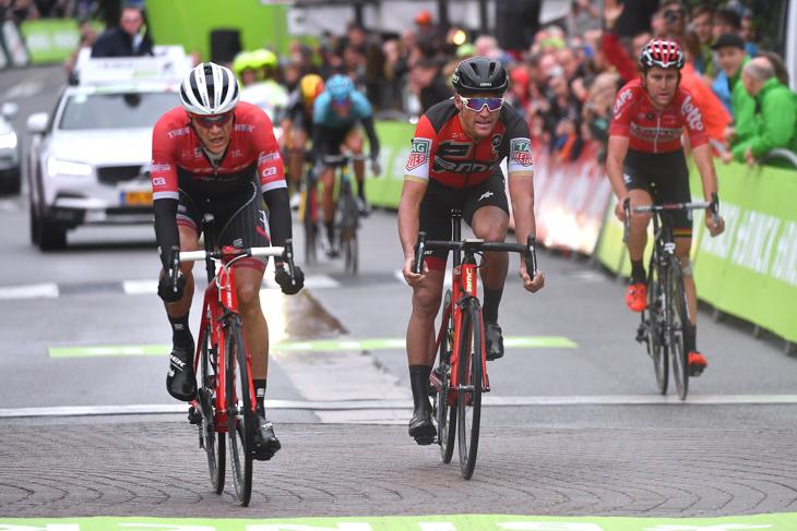 ステージ3位争いを繰り広げたジャスパー・ストゥイヴェン(ベルギー、トレック・セガフレード)とグレッグ・ヴァンアーヴェルマート(ベルギー、BMCレーシング)