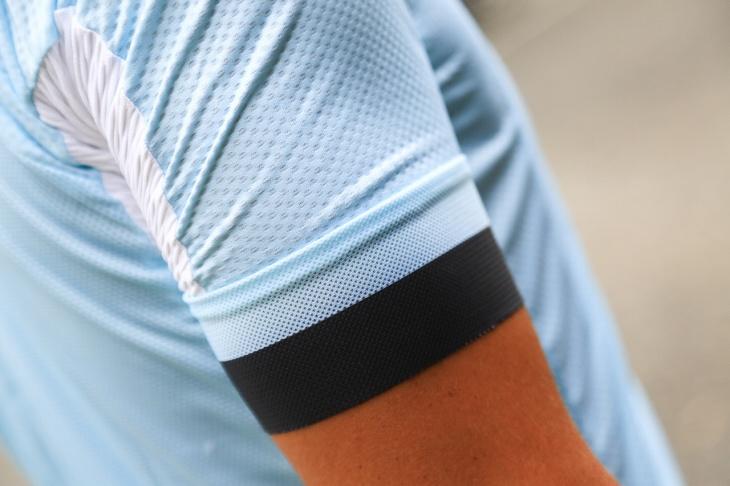 バタつきを抑えつつ通気性も確保するメッシュタイプのアームグリッパー