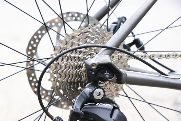 キャリア装着できるダボ穴も装備されているため、アドベンチャーバイクとしてもカスタマイズすることができる