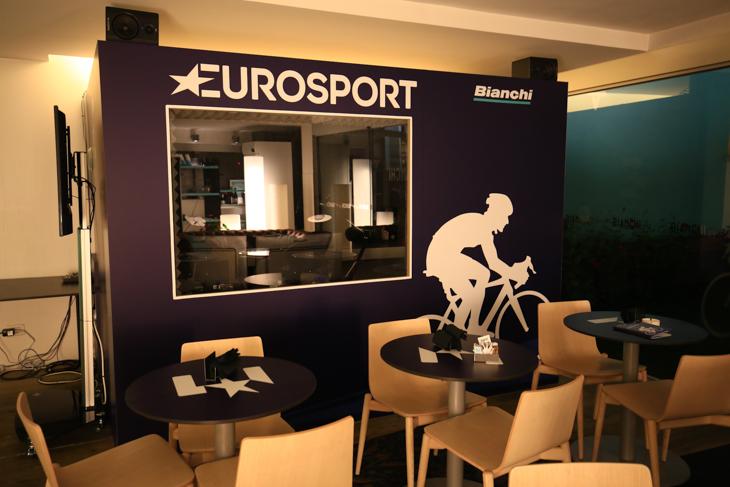 カフェスペース奥にあるユーロスポーツのライブ放送用実況ブース