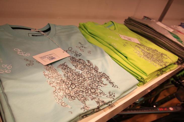 おみやげにぴったりなお洒落なTシャツも販売されている