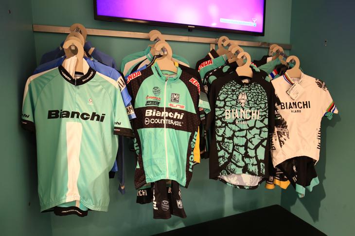 Bianchiファンなら買い揃えたいサイクルジャージが並ぶ