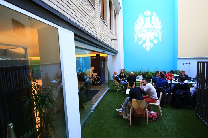 半屋外のカフェスペースはミラノっ子のくつろぎの場だ