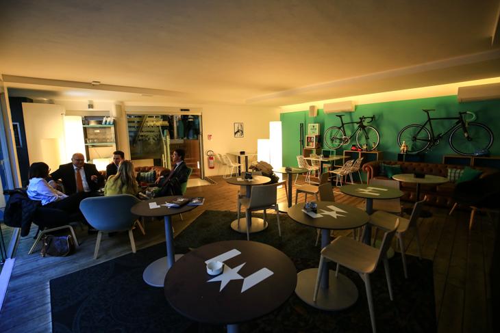 屋内カフェスペースは静かにくつろげる空間だ