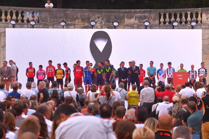 全チームの選手が登壇し、バルセロナのテロ犠牲者に捧げる1分間の黙祷が行われた