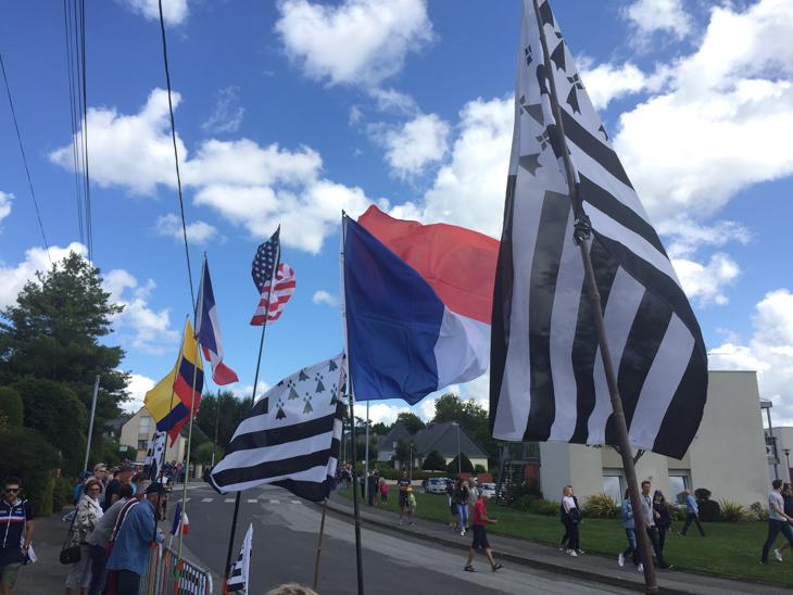 青空にブルターニュの旗が翻る