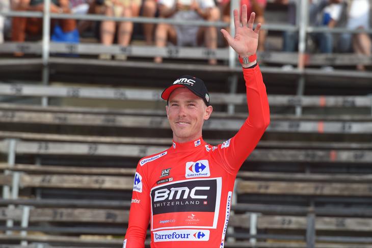 マイヨロホに袖を通したローハン・デニス(オーストラリア、BMCレーシング)