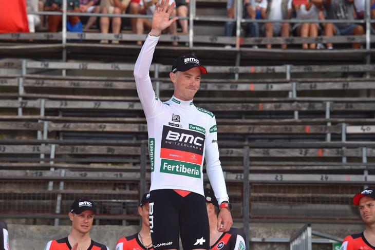 本来ダニエル・オス(イタリア、BMCレーシング)が受け取るはずのマイヨコンビナーダを受け取ったローハン・デニス(オーストラリア、BMCレーシング)