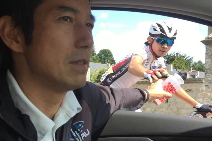 チームカーから石上に補給する浅田監督