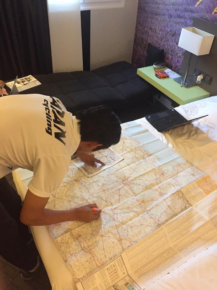 落としても故障しない紙の地図でレースコースを再確認する浅田顕監督
