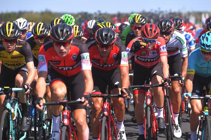 チームメイトに守られるマイヨロホのローハン・デニス(オーストラリア、BMCレーシング)