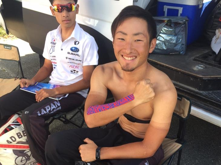 前日の落車で負った傷にサポーターを付ける山本大喜、まるでプロレスラー!