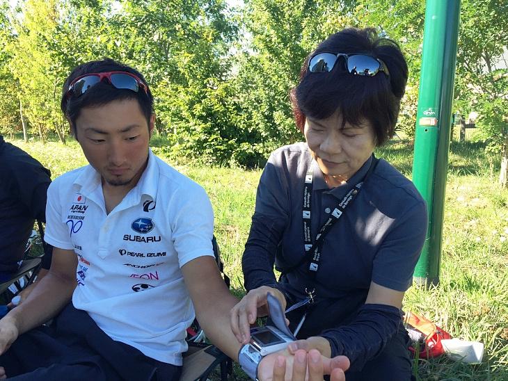 選手の血圧を測る内田彰子ドクター