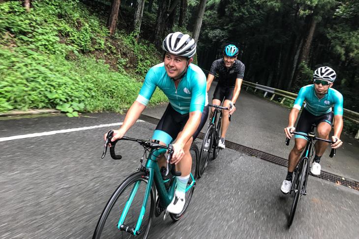 陣馬高原へとライドに向かうマイク・プライドとマイケル・ライス、スタッフのオルカ・フェン氏