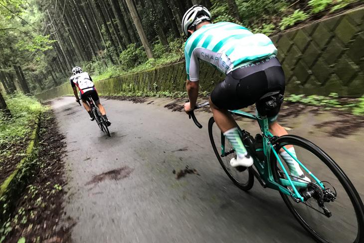 陣馬高原の厳しい峠道を走る。軽やかに登る性能が確認できた