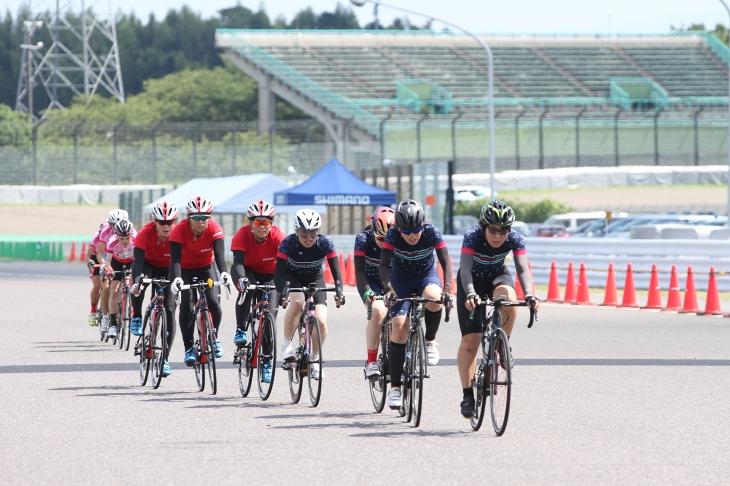 多くのチームが参加したチームタイムトライアルの部 女子チームも多数見受けられた