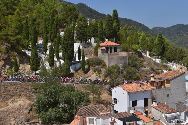 バレンシア州の内陸部を走るプロトン