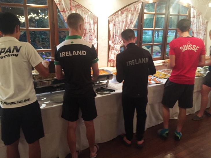 各国選手がビュッフェスタイルの夕食を選ぶ