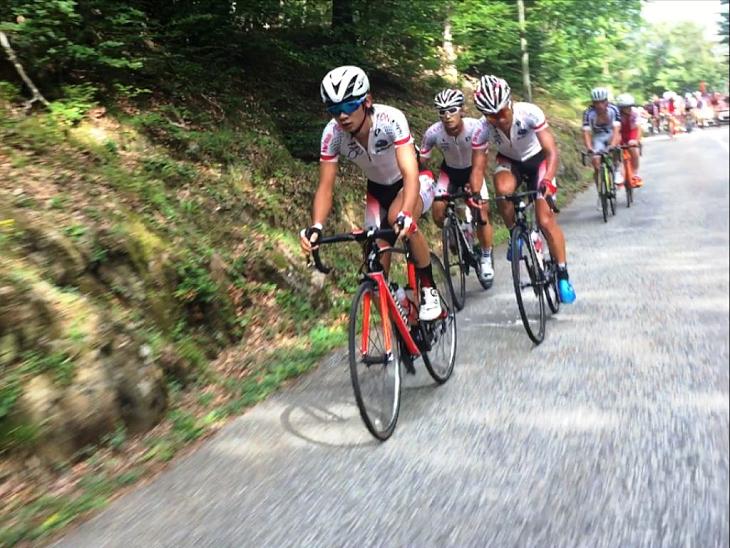 ラヴニール最終第9ステージのマドレーヌ峠で、雨澤の遅れを最小限にすべく集団牽引をする日本U23。結果は総合39位も、日本として昨年より1歩前進したラヴニール出場となった