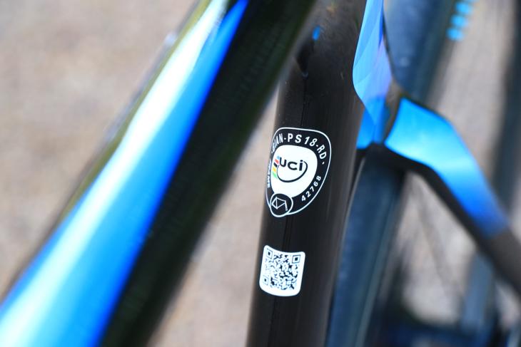 シートチューブ上部にあしらわれたUCIの公認ロゴ。当然UCIレースで使用可能だ