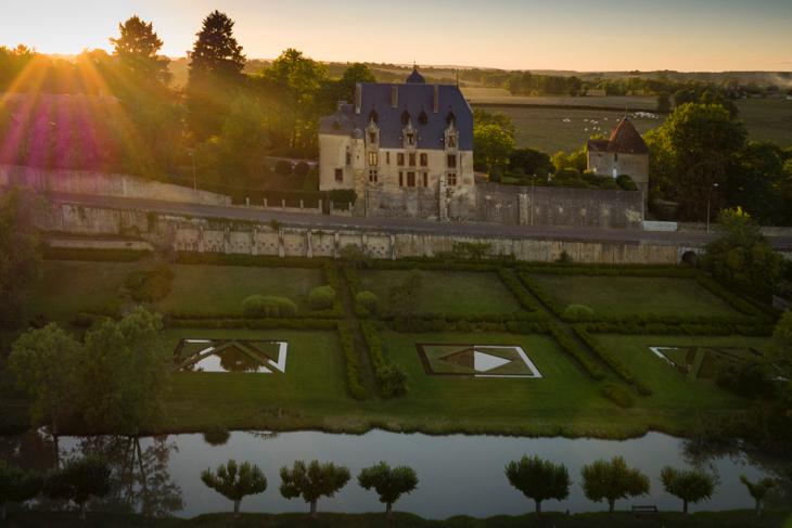 田園風景の只中にある15世紀の古城「シャトー・バゾワ」が発表会の会場