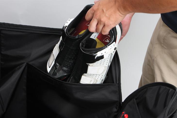 シューズなど小物を入れるの便利なポケットが備えられている