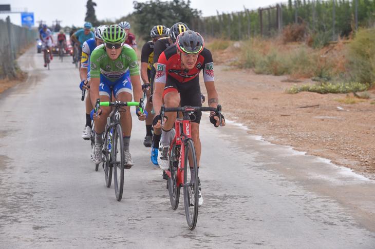 逃げグループを牽引するアレッサンドロ・デマルキ(イタリア、BMCレーシング)
