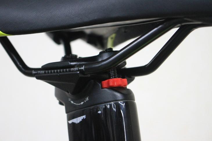 シートポストのヤグラには座面の傾きを微調整出来るダイヤルを備える