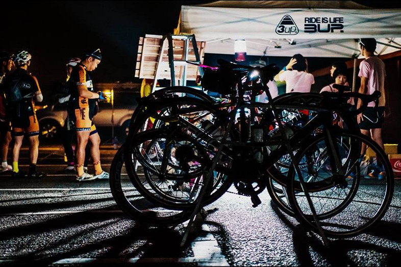 最初の組のスタートは午前3;00時。真っ暗な中にライダー達が集まる