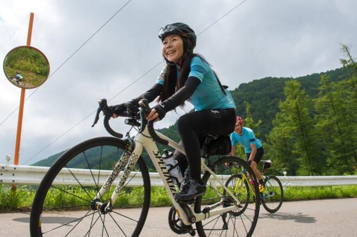 女性サイクリストの参加も目立った今大会。山岳もこの笑顔で