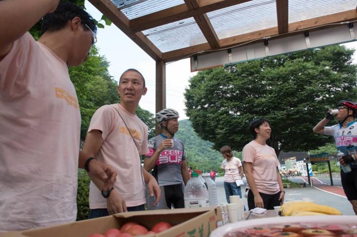 行程のおよそ半分の地点、上野村にはエイドステーションが。トマト、梅干し、ドリンクがありがたい
