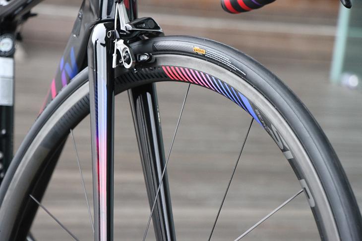 バイクと同じカラーのステッカーが貼られるカーボンチューブレスレディホイールSLR 0を合わせる