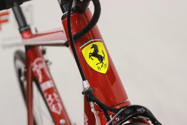 ヘッドにはフェラーリの跳ね馬のエンブレム