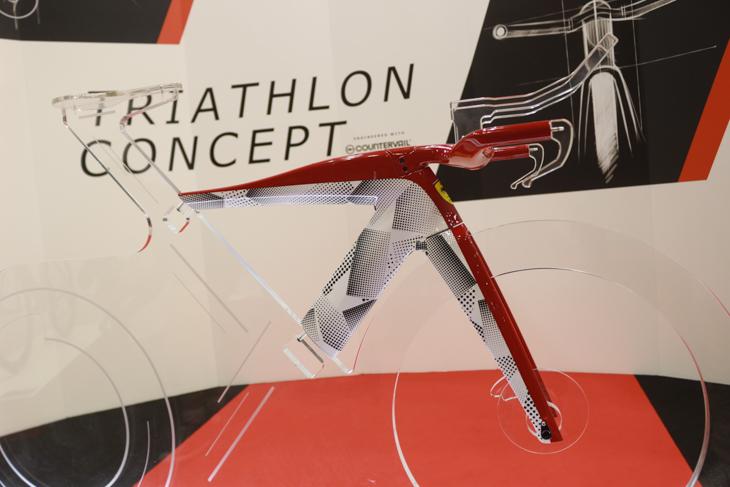 トライアスロンバイクは半分が透明で、今後の開発を示唆していた