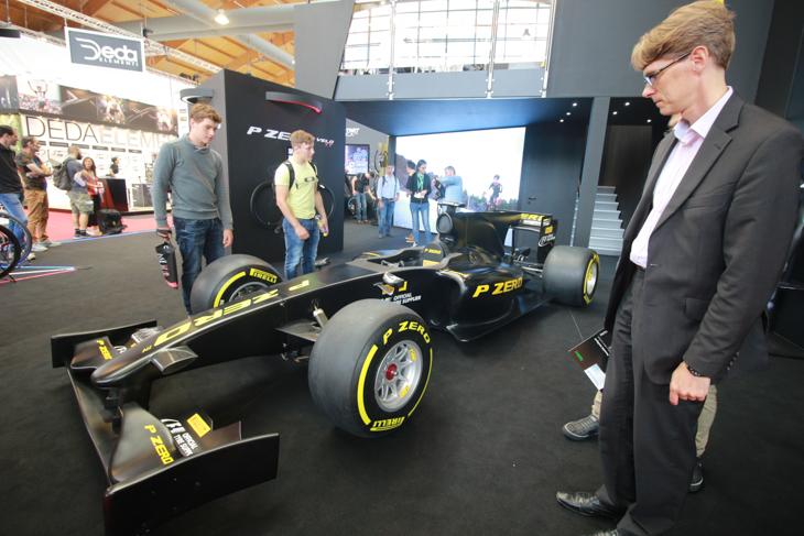 バイシクルタイヤ界に復活したピレリはフォーミュラマシンを展示して速さをアピール