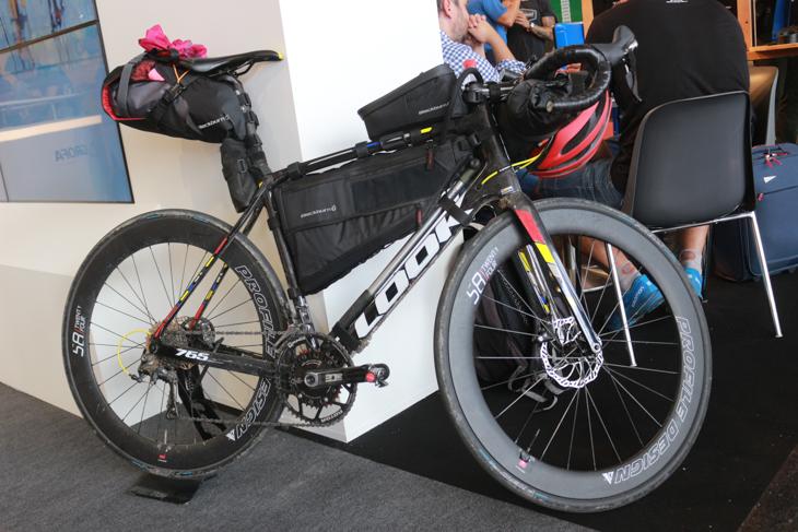 会場のあちこちにバイクパッキング装備のバイクがディスプレイされた