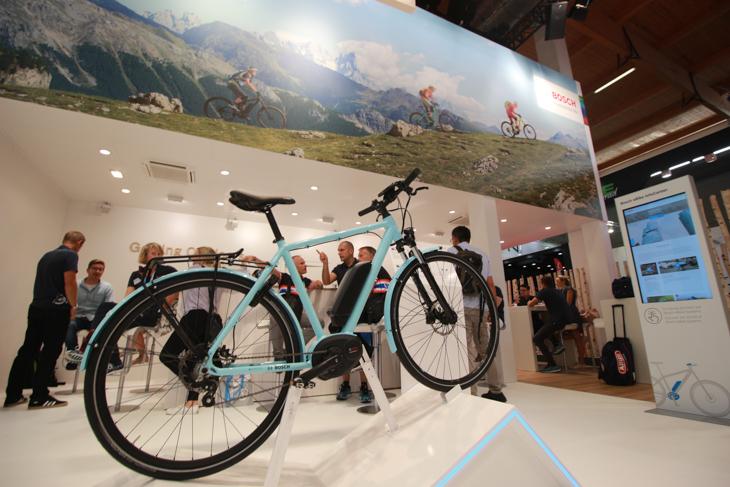 E-Bikeのユニットで大きなシェアを占めるボッシュのブースは常に活況だ
