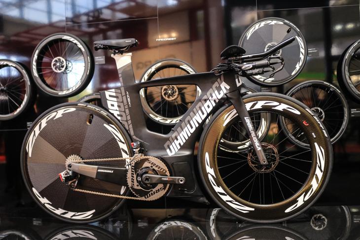ZIPPがホイールプレゼンに用いたダイアモンドバックのトライアスロンバイクは迫力満点