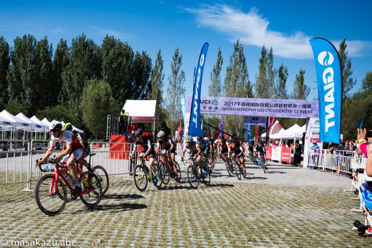 男子エリートレースがスタート。ベルギーのトップチームに所属するヨルベン・ヴァンティヘルト(ベルギー、エラ・サーカス)がホールショット