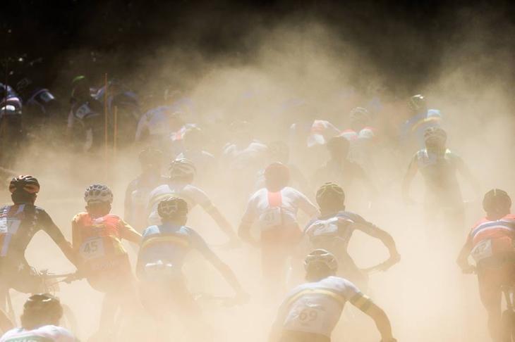コンディションは完全ドライ。視界を遮る砂煙がレースを難しくした