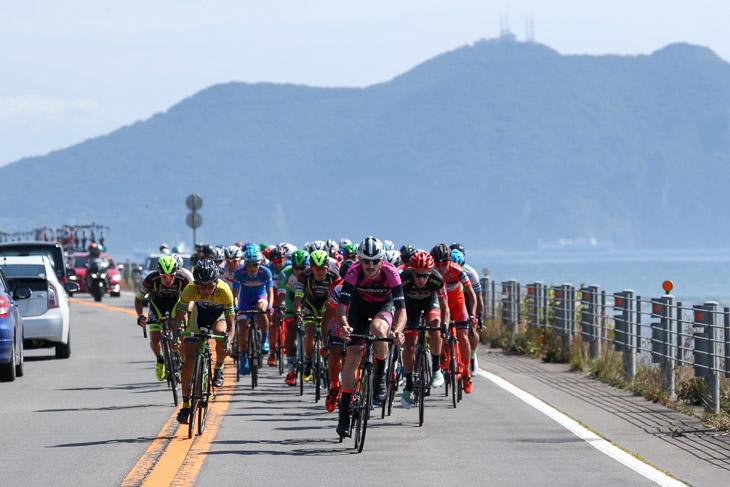 10km地点、アタックの応酬が続く。背景には翌日に上る函館山が