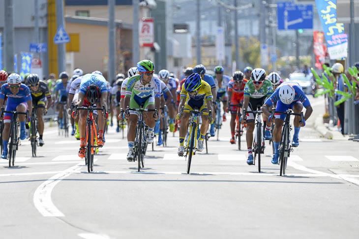 僅差のスプリント勝負 勝ったのは写真右端の岡本隼(愛三工業レーシングチーム)