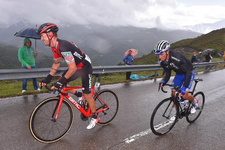 ニコラス・ロッシュ(アイルランド、BMCレーシング)とジュリアン・アラフィリップ(フランス、クイックステップフロアーズ)は遅れる