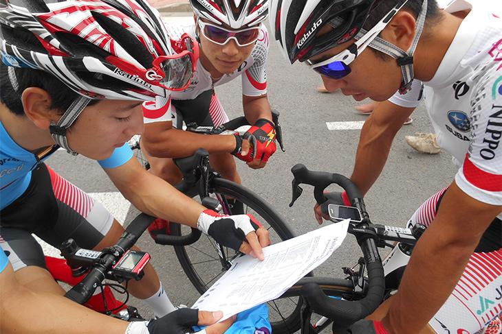 リザルトを確認しながら注意するべき選手をチェックする日本代表チーム